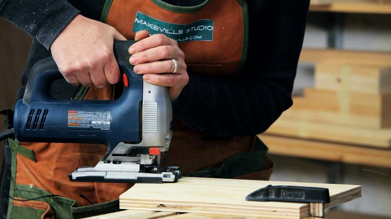 cordless jigsaw in usage